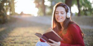Nainen kuuntelee äänikirjaa